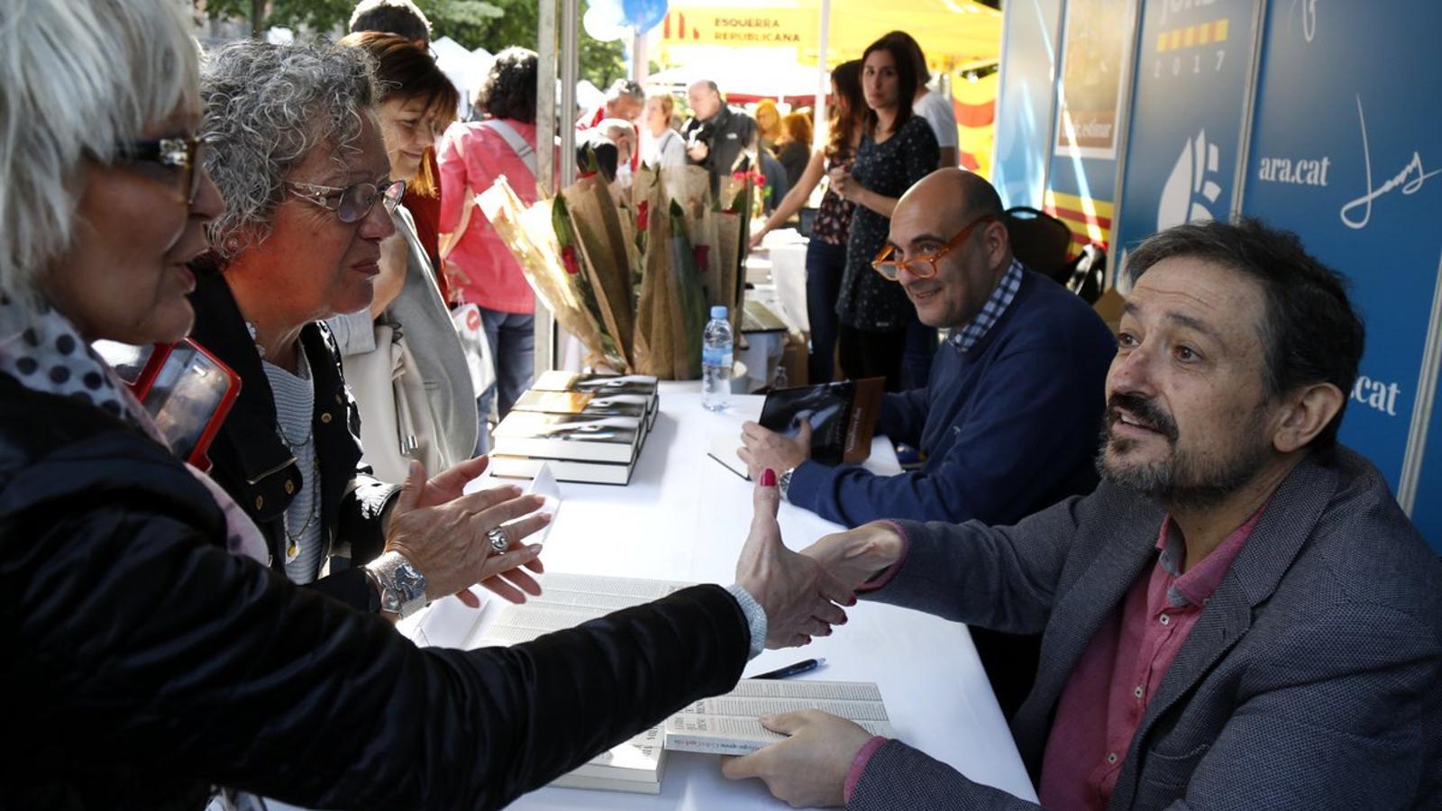 Carles Capdevila i Xavier Bosch coincideixen a la parada de l'ARA