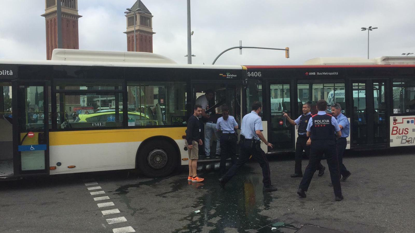 Els dos autobusos, pocs minuts després de l'impacte