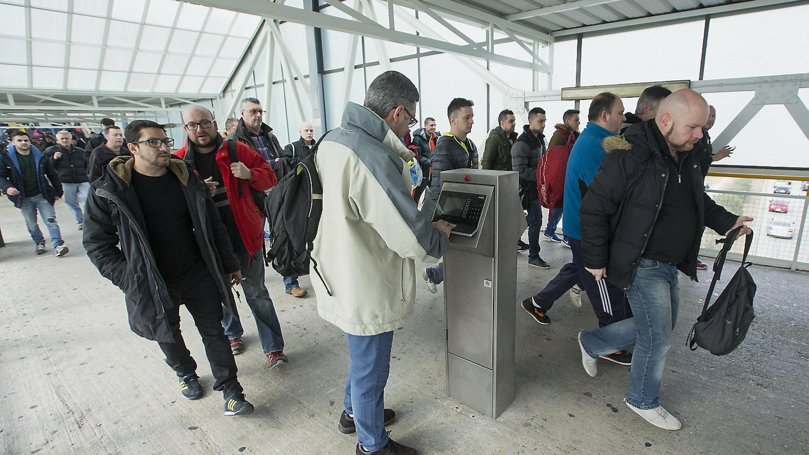 Treballadors de Seat fitxant a l'entrada de la feina. Als entorns industrials el registre de la jornada és més senzill.