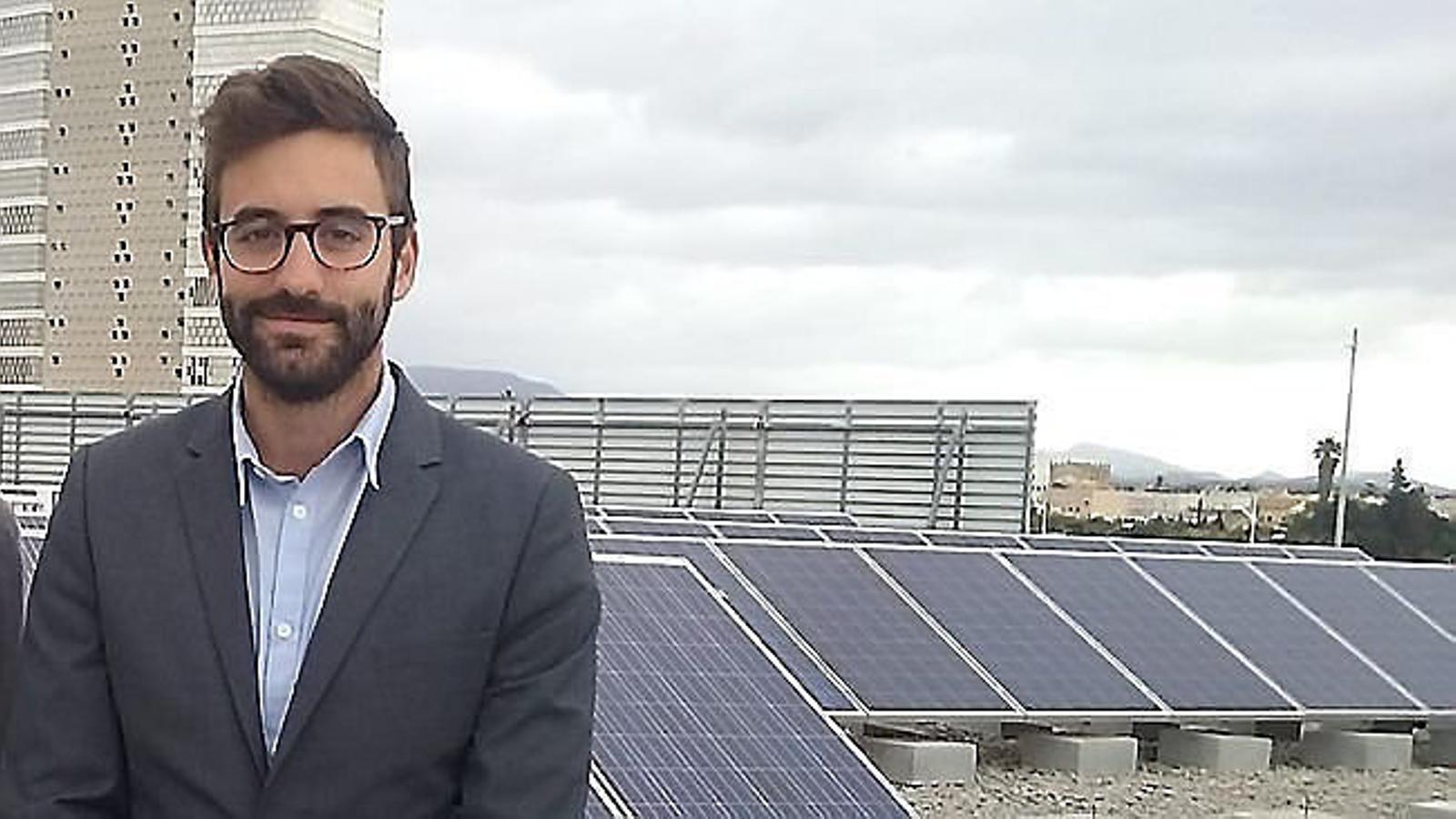 Joan Groizard a una teulada amb plaques fotovoltaiques del polígon de Son Castelló.