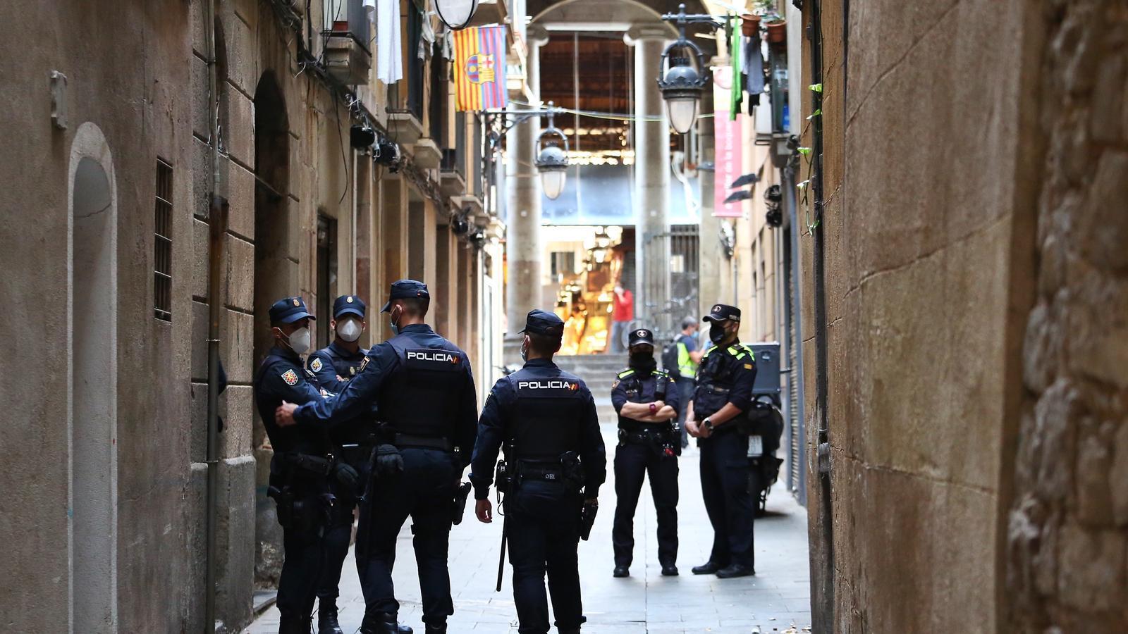 La policia desplegada pels carrers del Raval