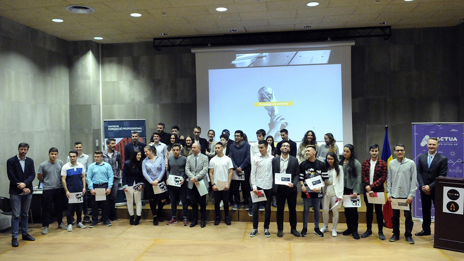 Foto de família dels equips participants, de les autoritats i del personal docent. / SFG