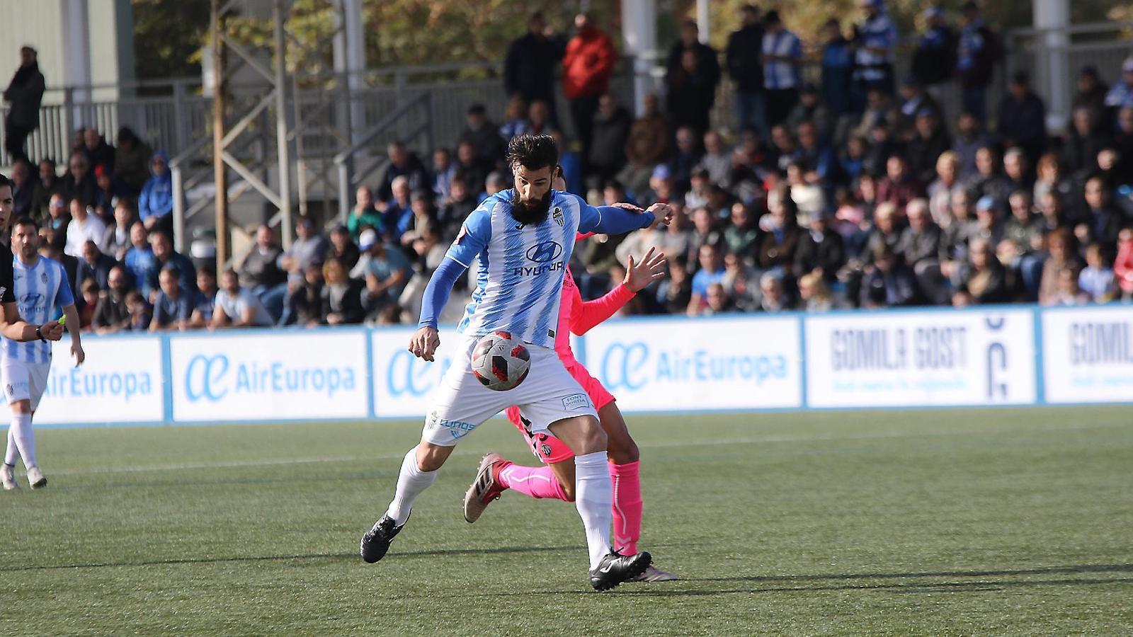 El davanter mallorquí de l'Atlètic Balears Marcos de la Espada en una acció del joc en el partit de la setmana passada contra el Castelló a Son Malferit.