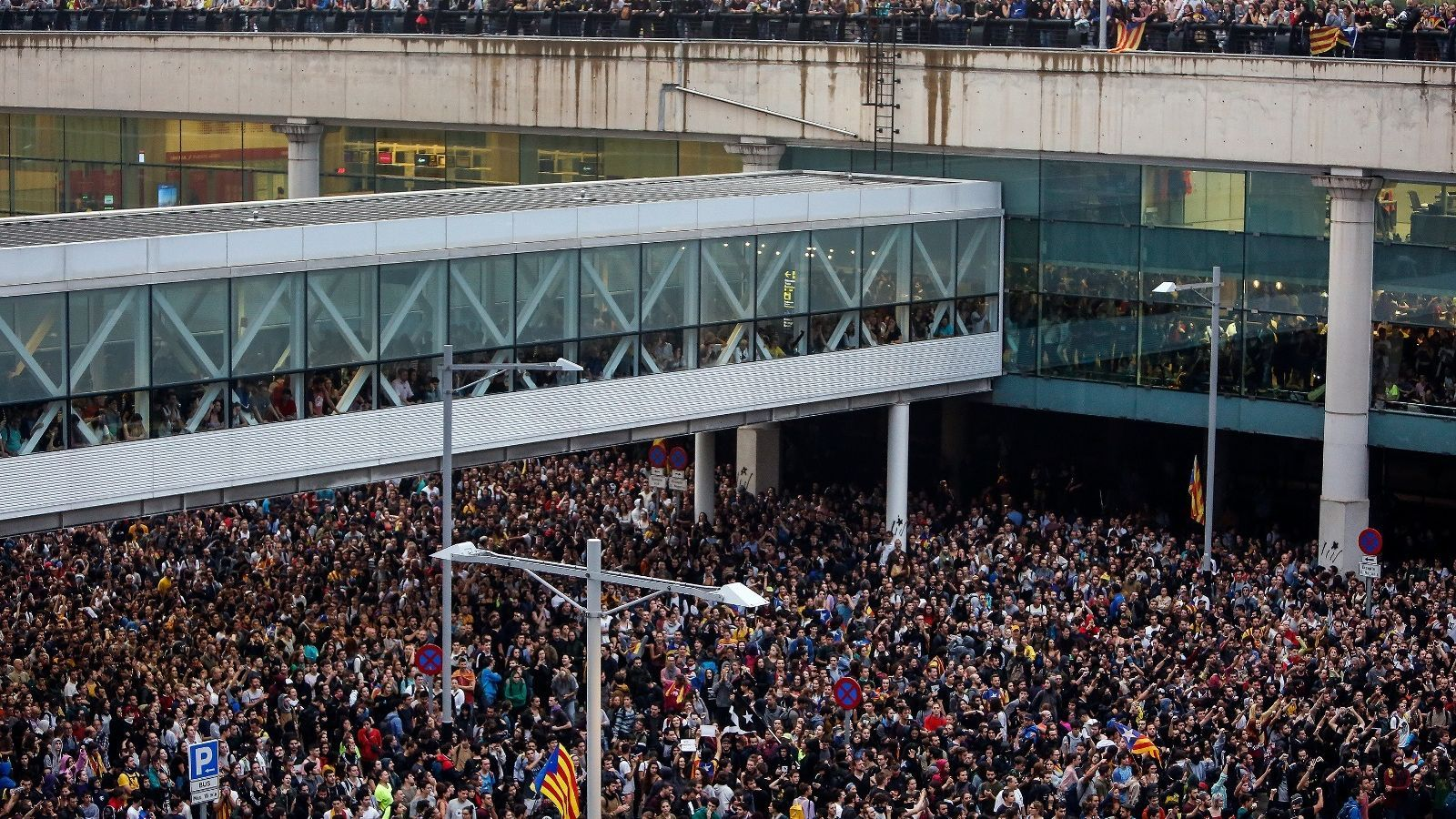 La zona d'arribades de la T1, totalment col·lapsada pels manifestants