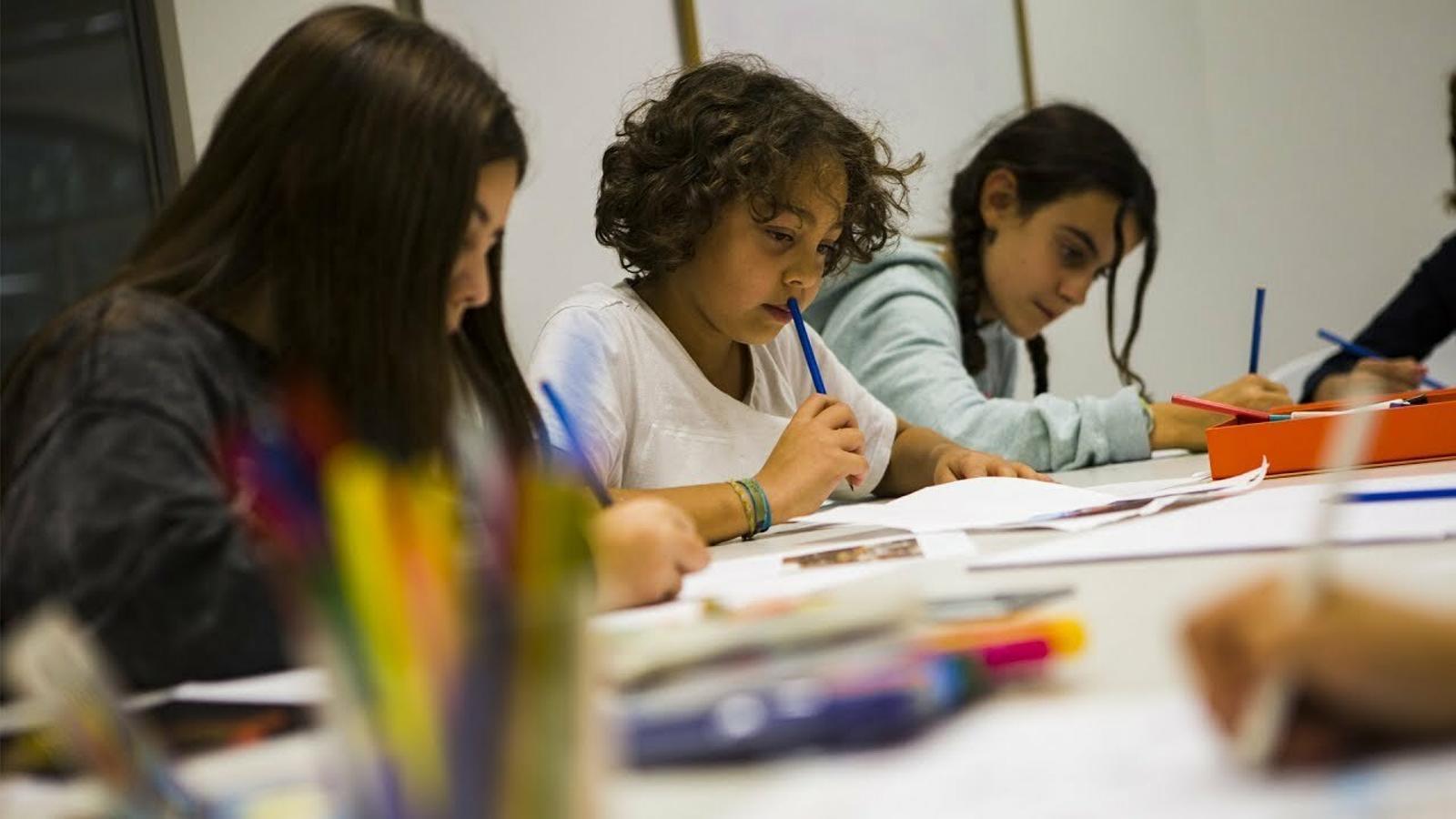 Nens i nenes dibuixen l'ARA del Dia Internacional de la Infància