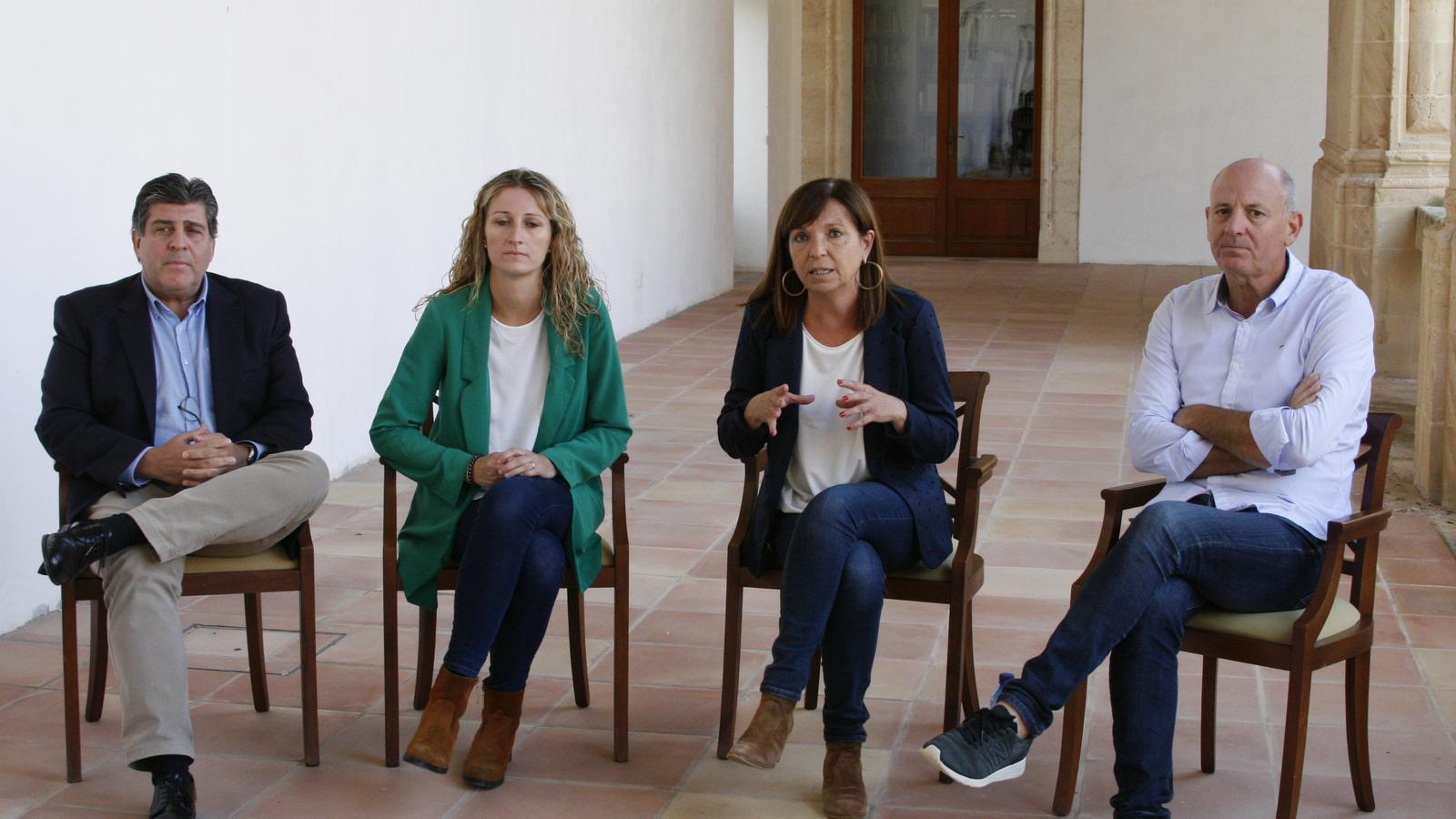 La batlessa, Catalina Sureda, explicant la baixada de tributs vora els portaveus del pacte.