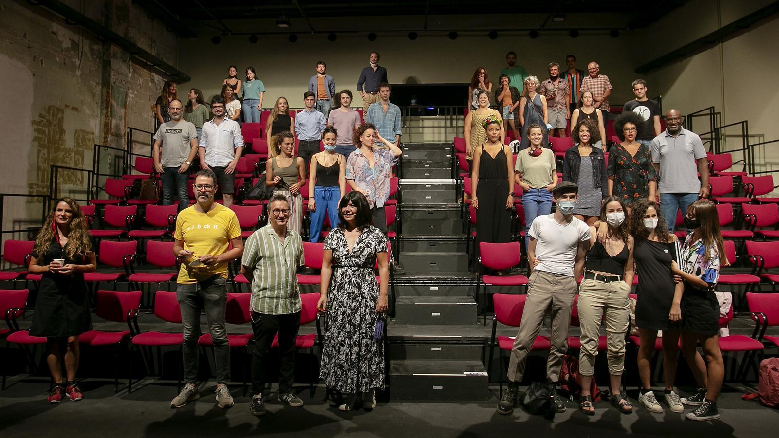 Foto de família durant la presentació de les activitats, espectacles i temes que abordarà la Sala Beckett la temporada 2020-21