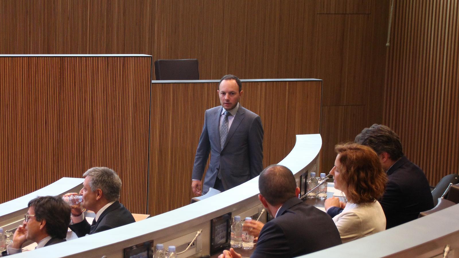Debat sobre pol tiques socials arran de l 39 informe del raonador for Ministre interior