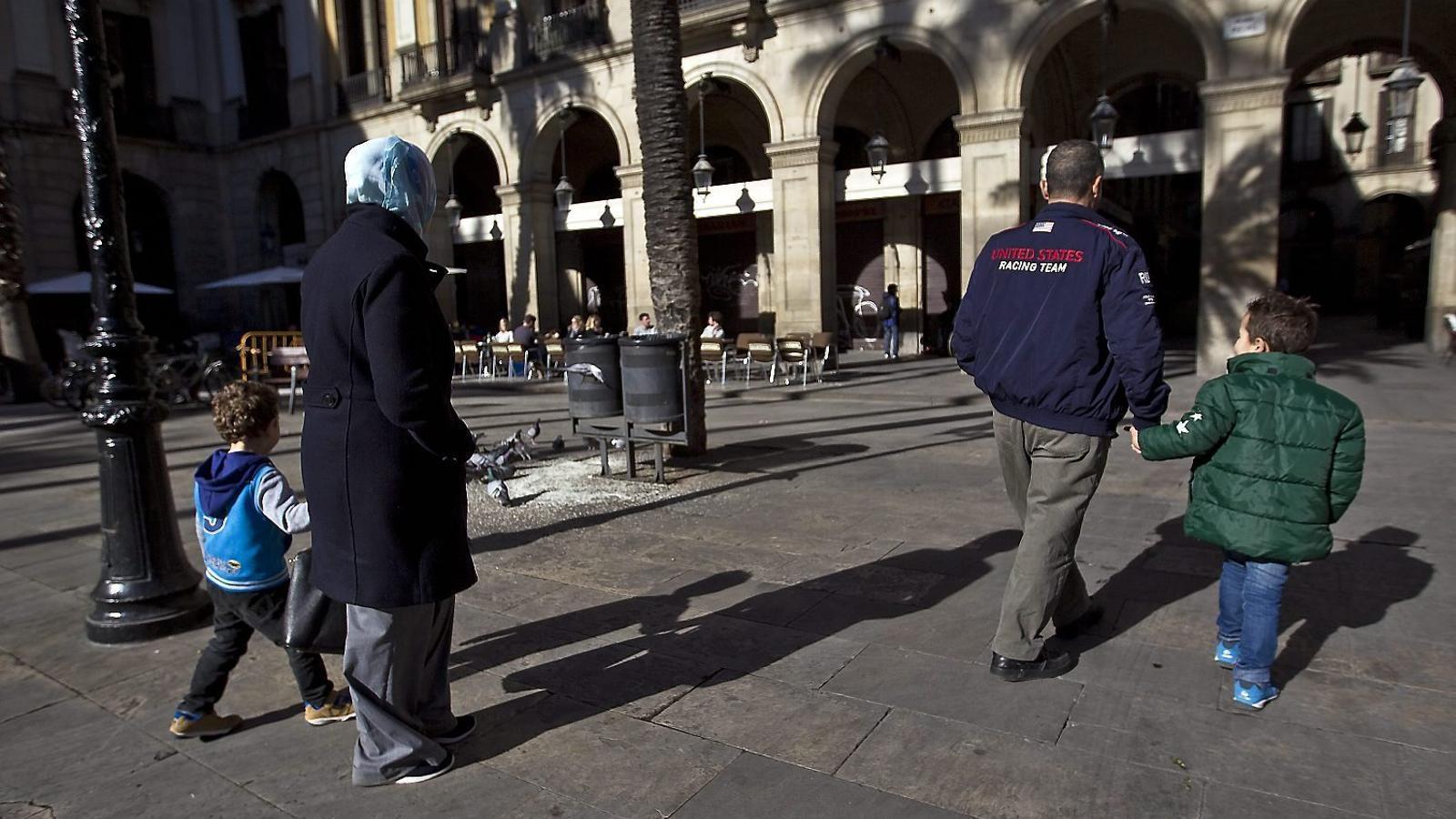 Espanya rep fons europeus per uns refugiats que no acull