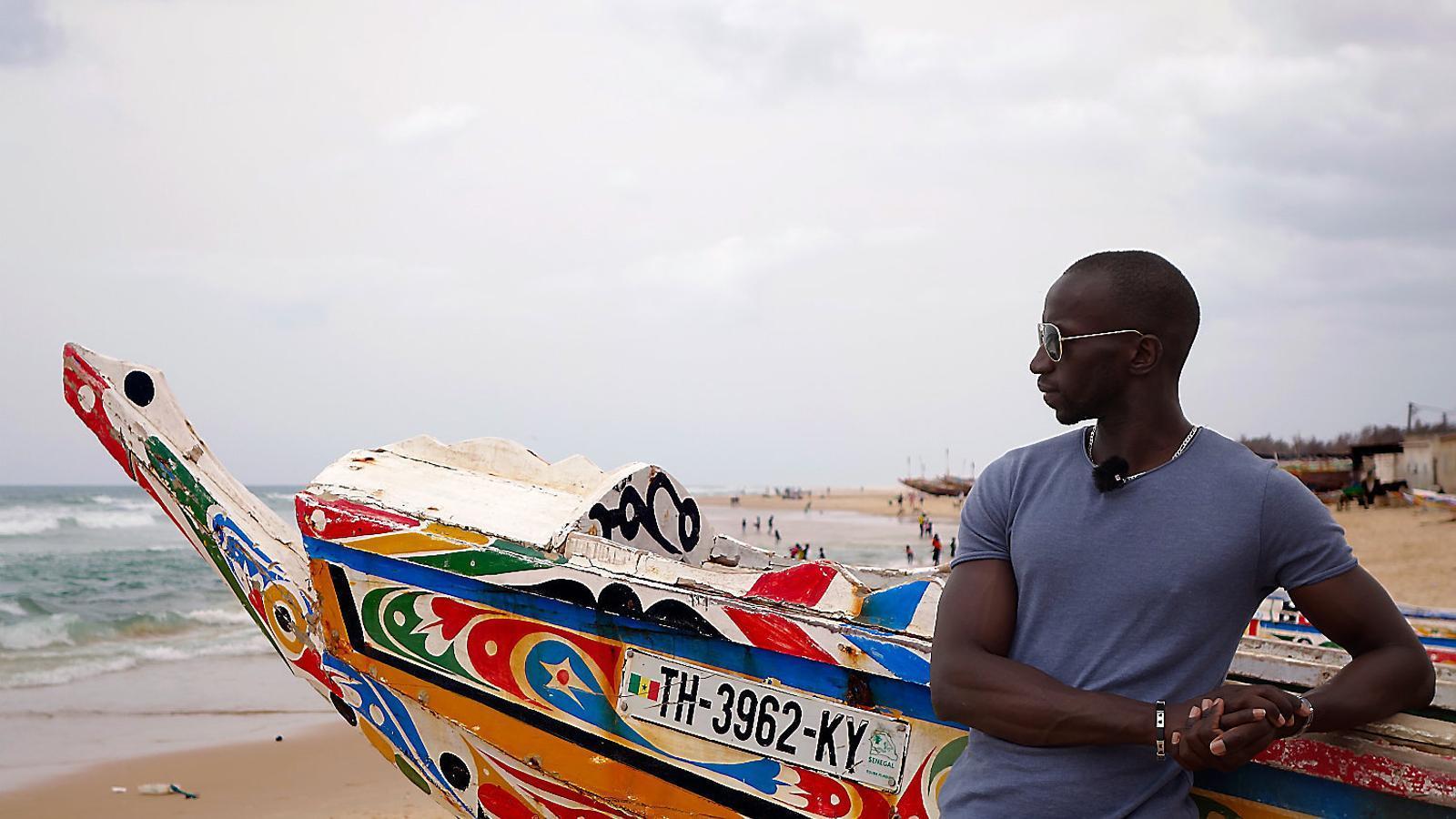 Omar Sylla aquesta setmana a la platja de Kayar, a onze quilòmetres del seu poble, des d'on va sortir amb la pastera, davant d'una barca de pescadors. La pastera era semblant, però més gran, duia 150 persones