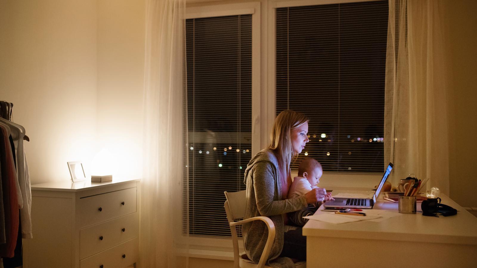 Les dones han teletreballat més, han fet més tasques domèstiques i han tingut més cura dels nens durant el confinament