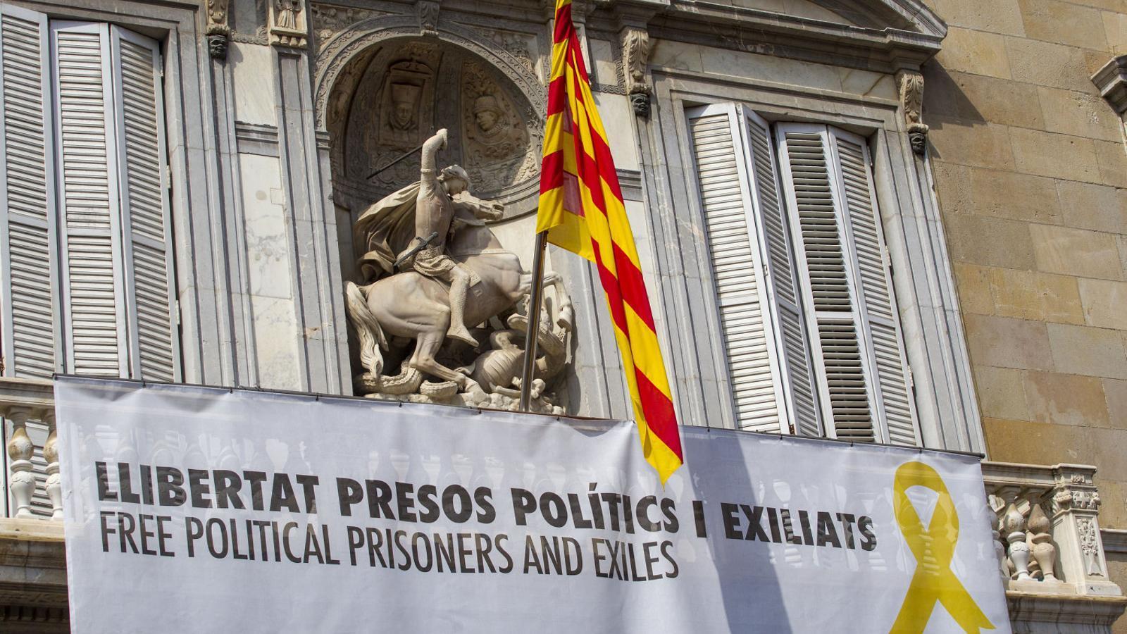 Pancarta per la llibertat dels presos que el govern de Quim Torra va penjar a la Generalitat després de la investidura.