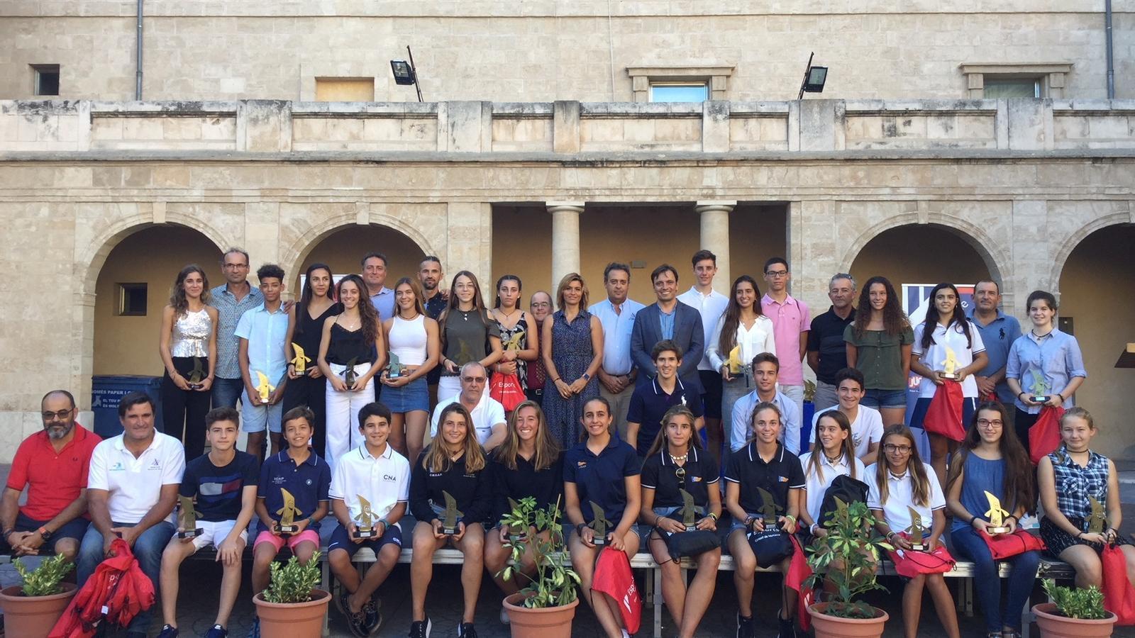 Els esportistes premiats juntament amb el conseller de Cultura, Patrimoni i Esports.