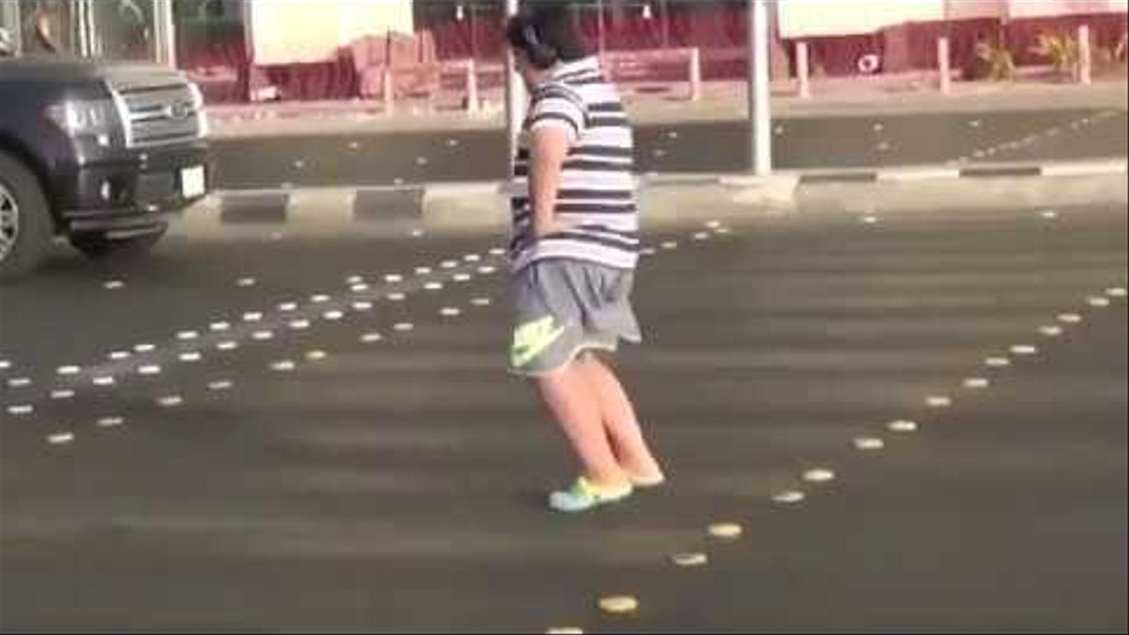 Un nen de 14 anys balla al ritme de la Macarena al mig del carrer a la ciutat de Yeda, a l'oest de l'Aràbia Saudita