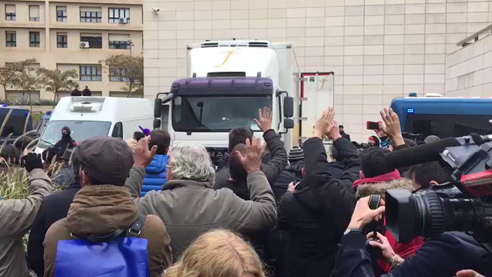 La Guàrdia Civil pren posicions al costat del camió que ha de transportar les obres a Sixena