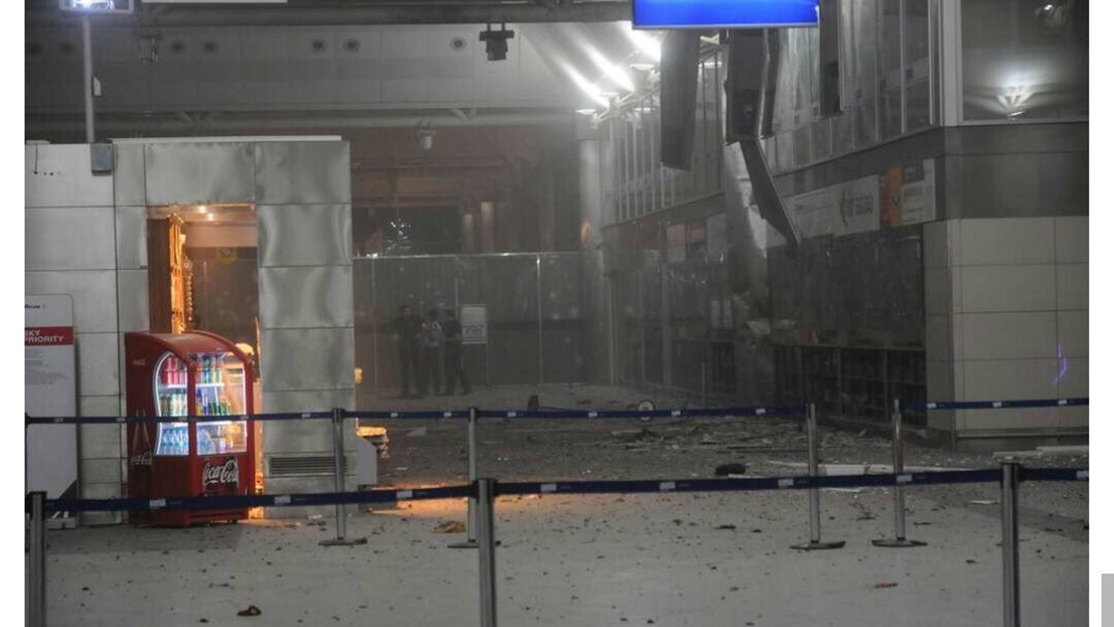 Entrada de la terminal internacional de l'aeroport d'Istanbul després de l'atemptat