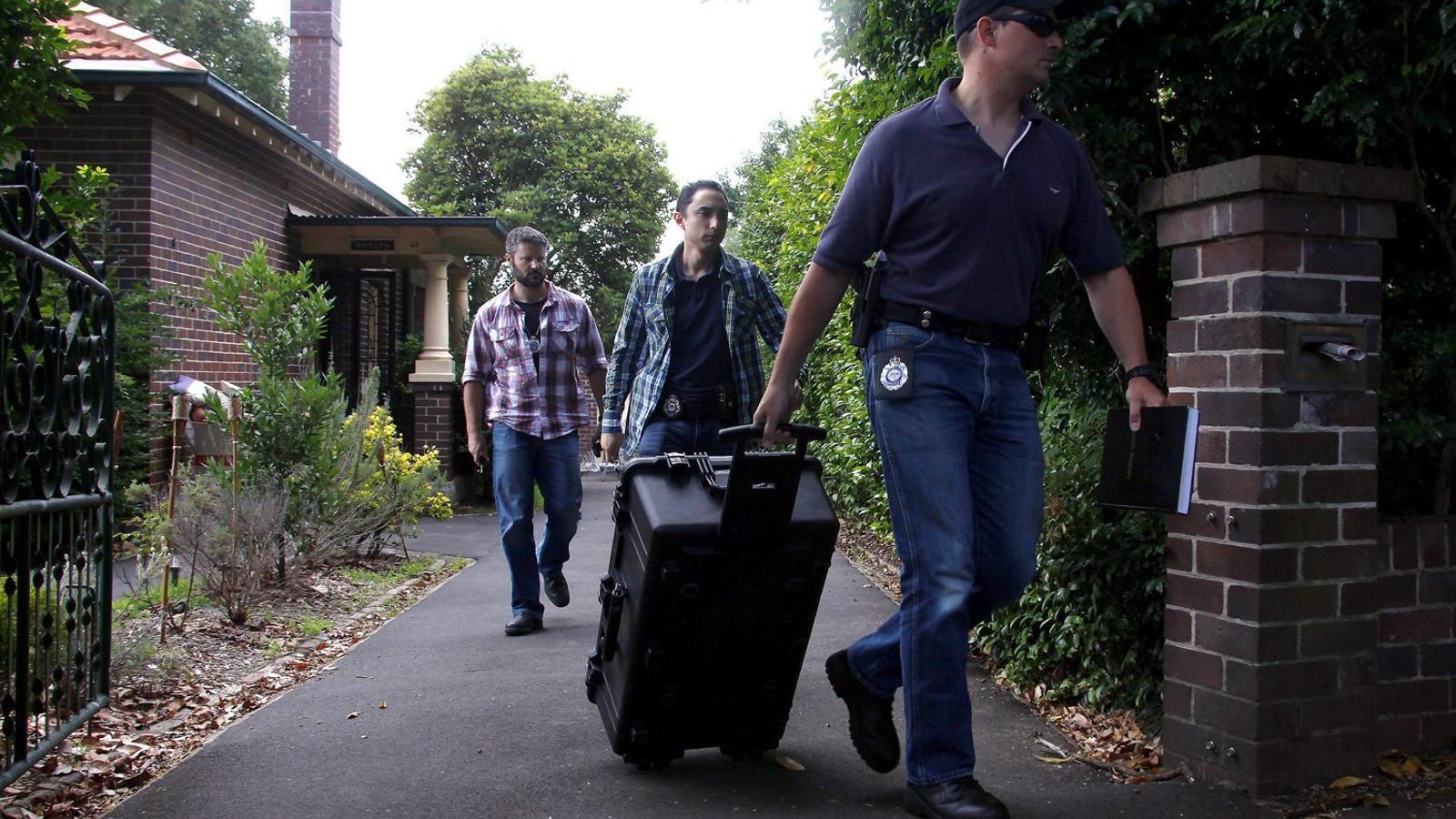 Agents federals australians sortint del domicili de Craig Wright, presumpte creador del bitcoin, al nord de Sydney.