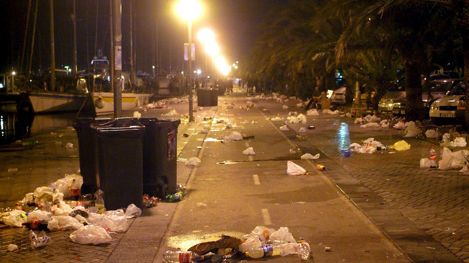 Restes de botellada al Passeig Marítim de Palma