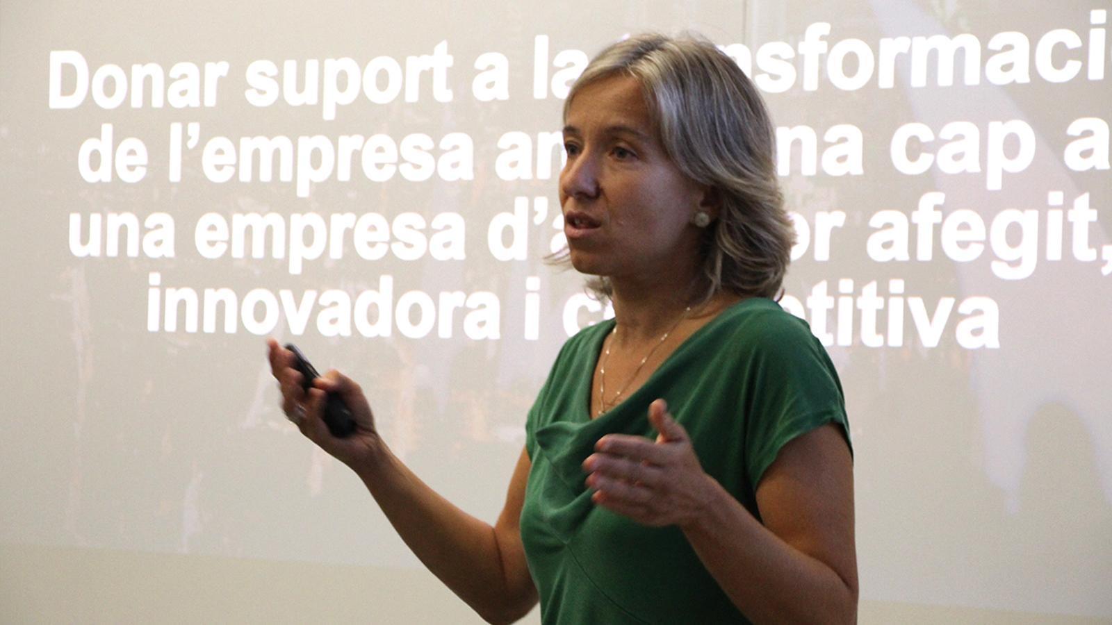La directora d'Actua Empresa, Judit Hidalgo, durant la presentació de les subvencions. / B. N.