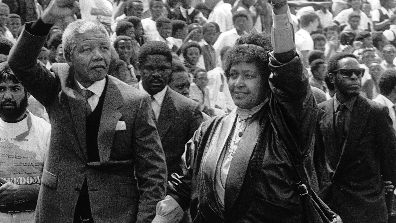 Nelson i Winnie Mandela caminant entre la multitud que esperava l'activista a la sortida de la presó Victor Verster l'11 de febrer del 1990