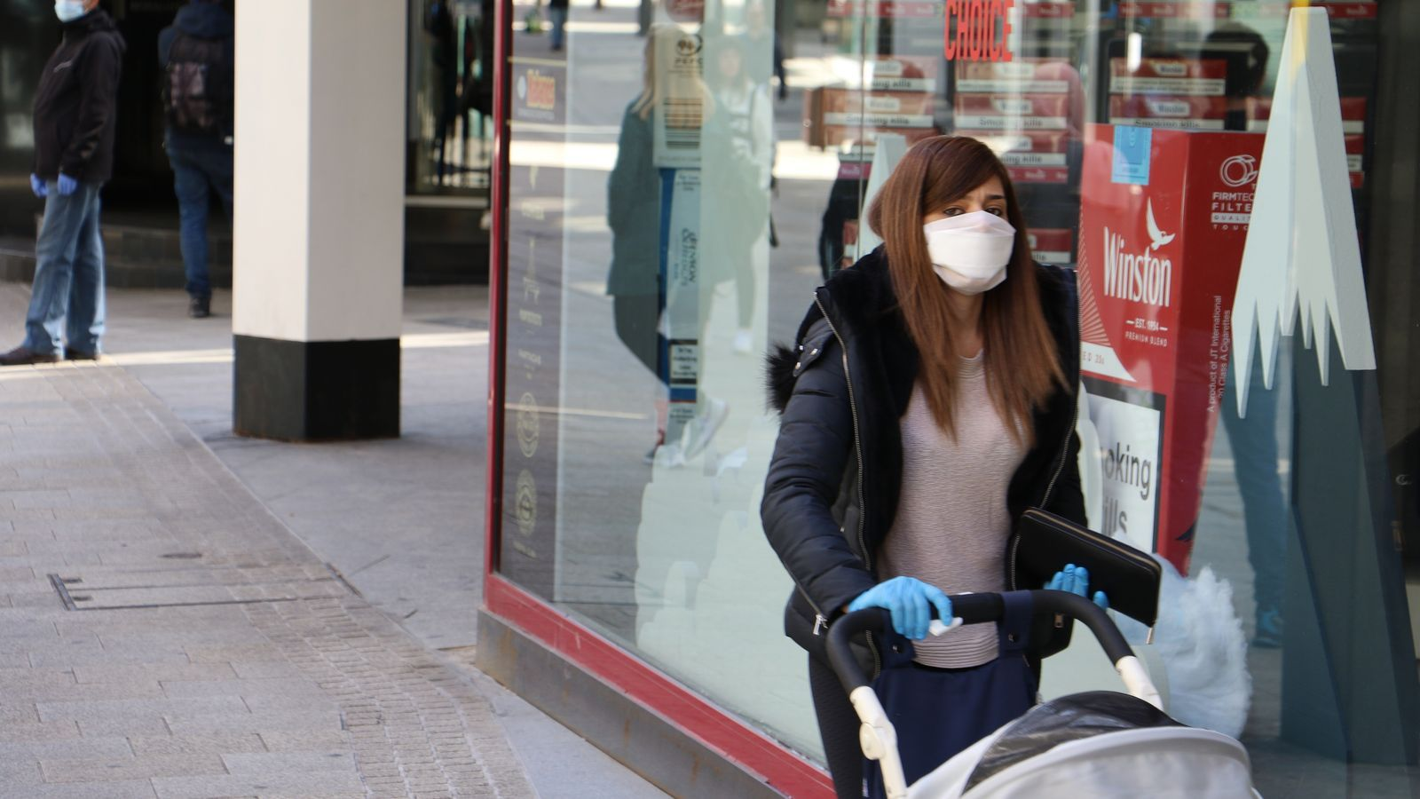 Una dona passeja amb el seu nadó portant mascareta i guants. / E.C. (ANA)