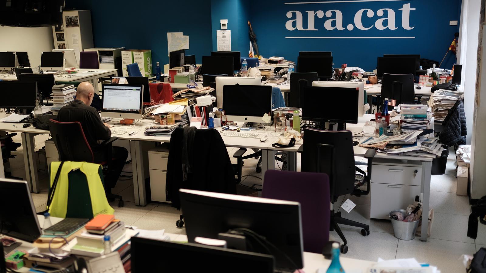 La redacció de l'ARA, en una imatge d'arxiu,  mig buida. Una imatge inusual  a mig matí
