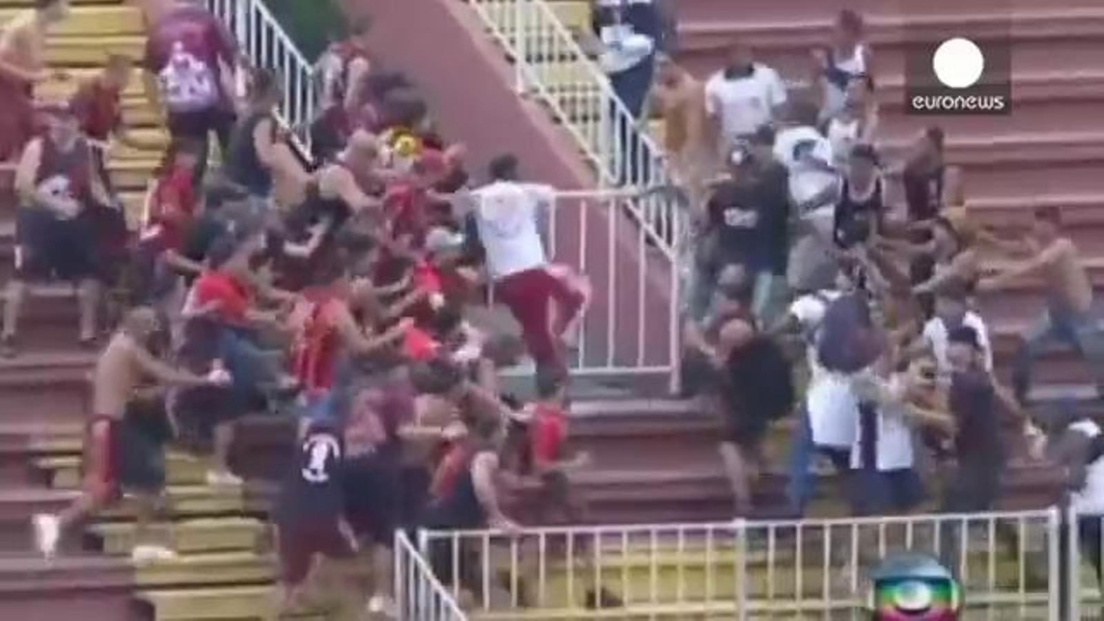 Quatre ferits, un d'ells molt greu, en una batalla campal entre seguidors de futbol al Brasil