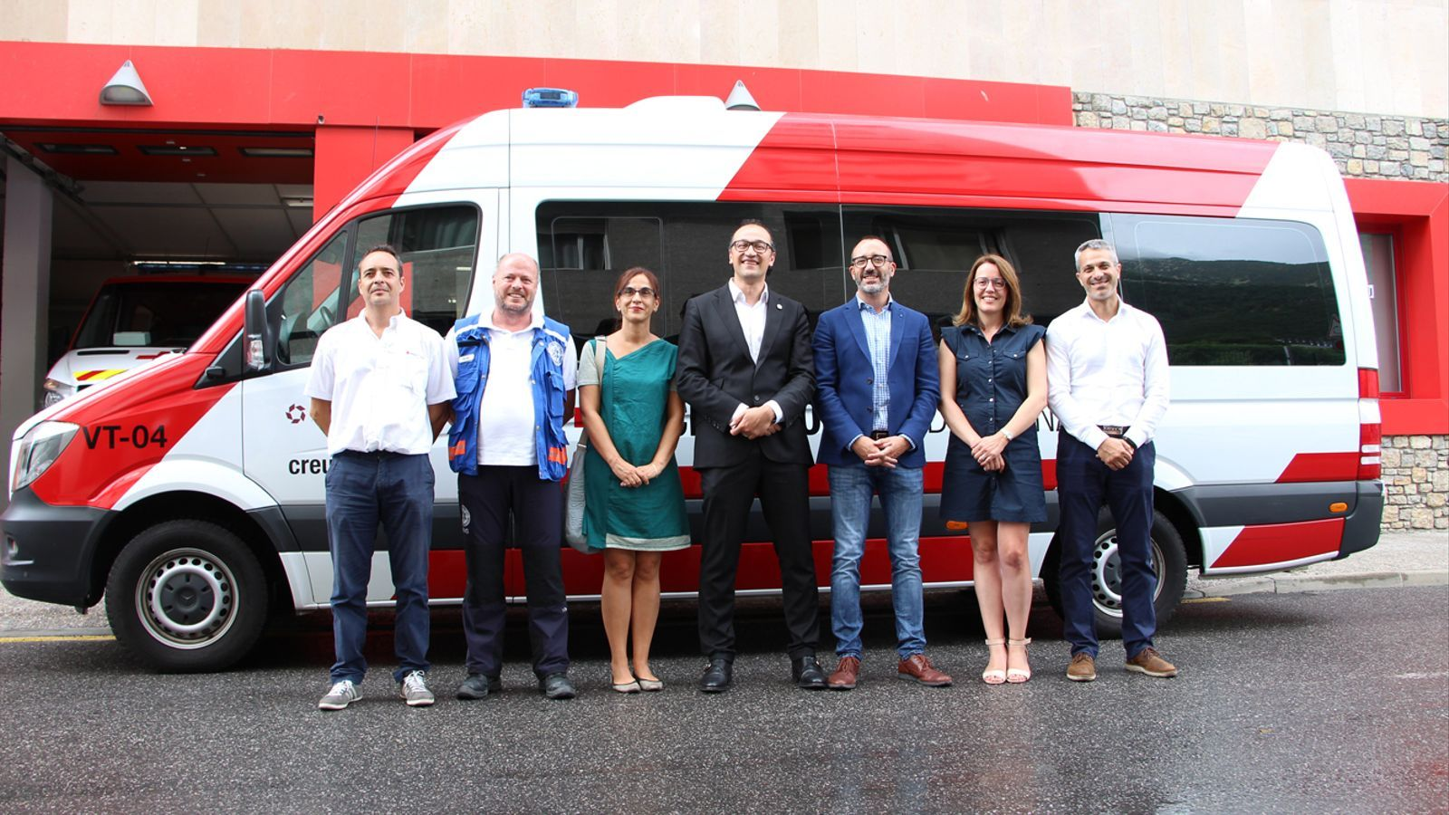 Un dels vehicles que s'ha incorporat als serveis de la Creu Roja Andorrana i les autoritats que han assistit en l'esdeveniment. / M. P. (ANA)