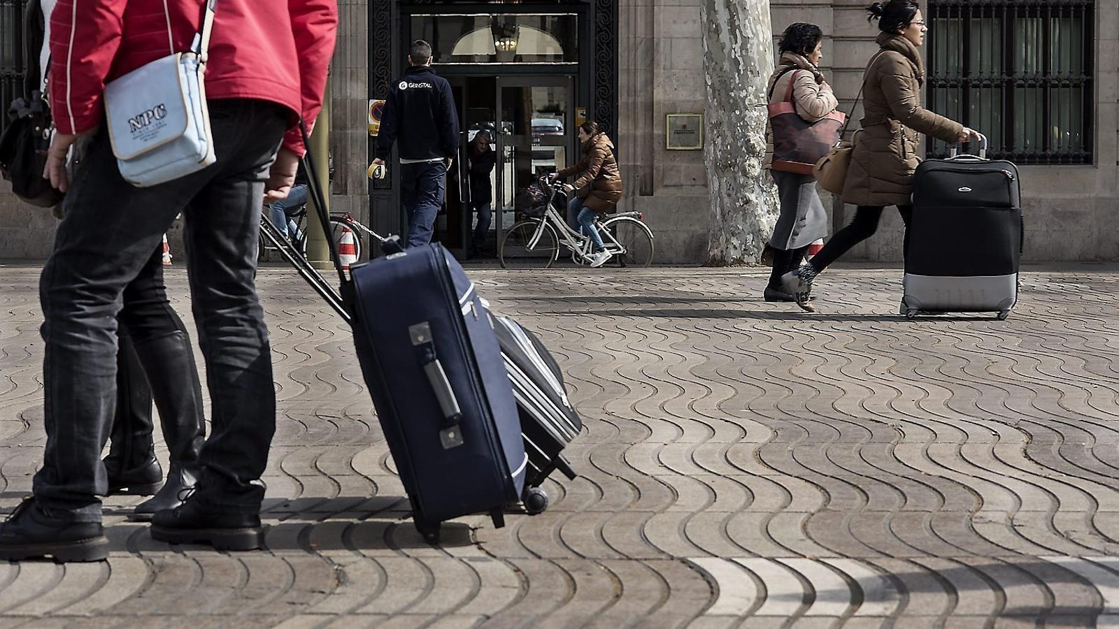 Barcelona signa una treva amb Airbnb pels pisos turístics