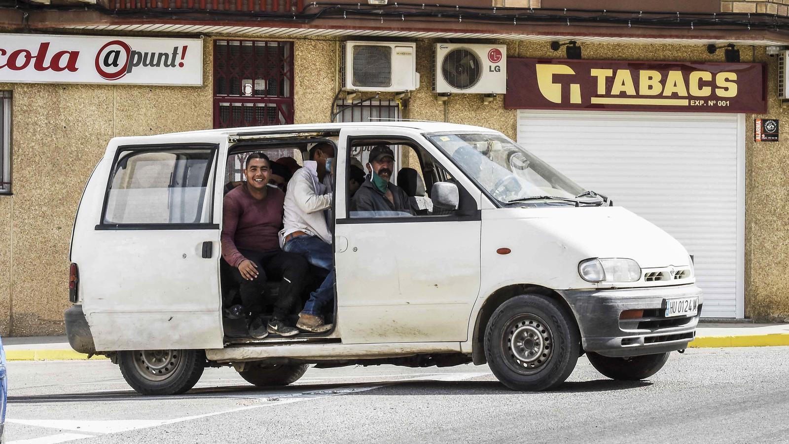 Un grup de temporers arribantd etreballar en furgoneta, a Aitona