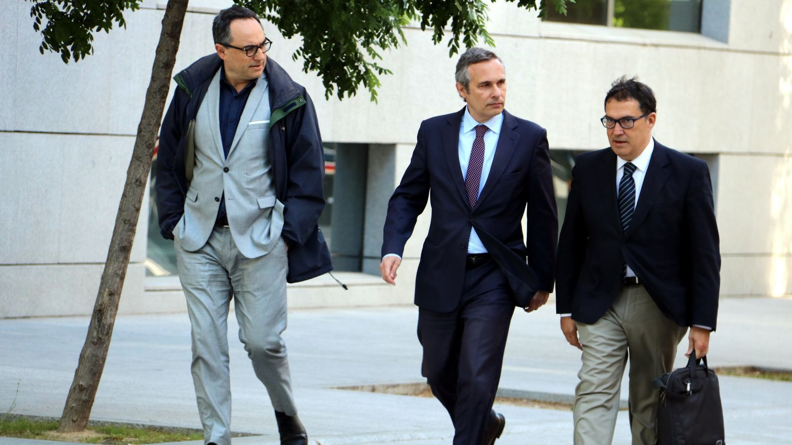 L'historiador Josep Lluís Alay (mig) arribant a declarar a l'Audiència Nacional acompanyat de l'advocat Jaume Alonso-Cuevillas (dreta).