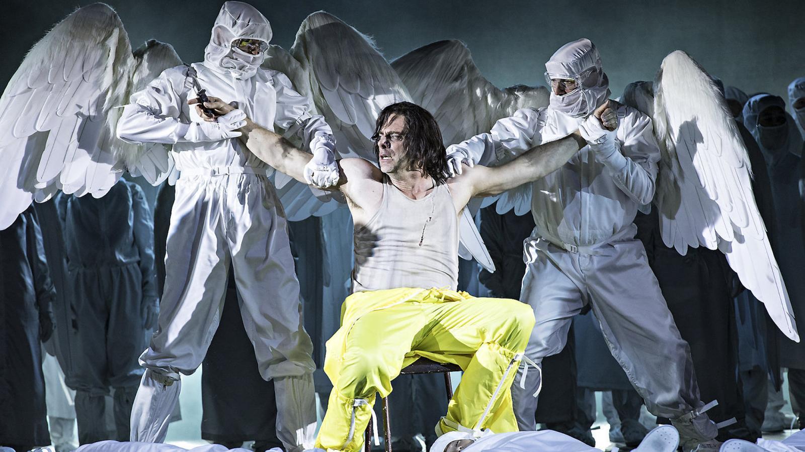 Els àngels arrenquen el cor a Mefistofele.