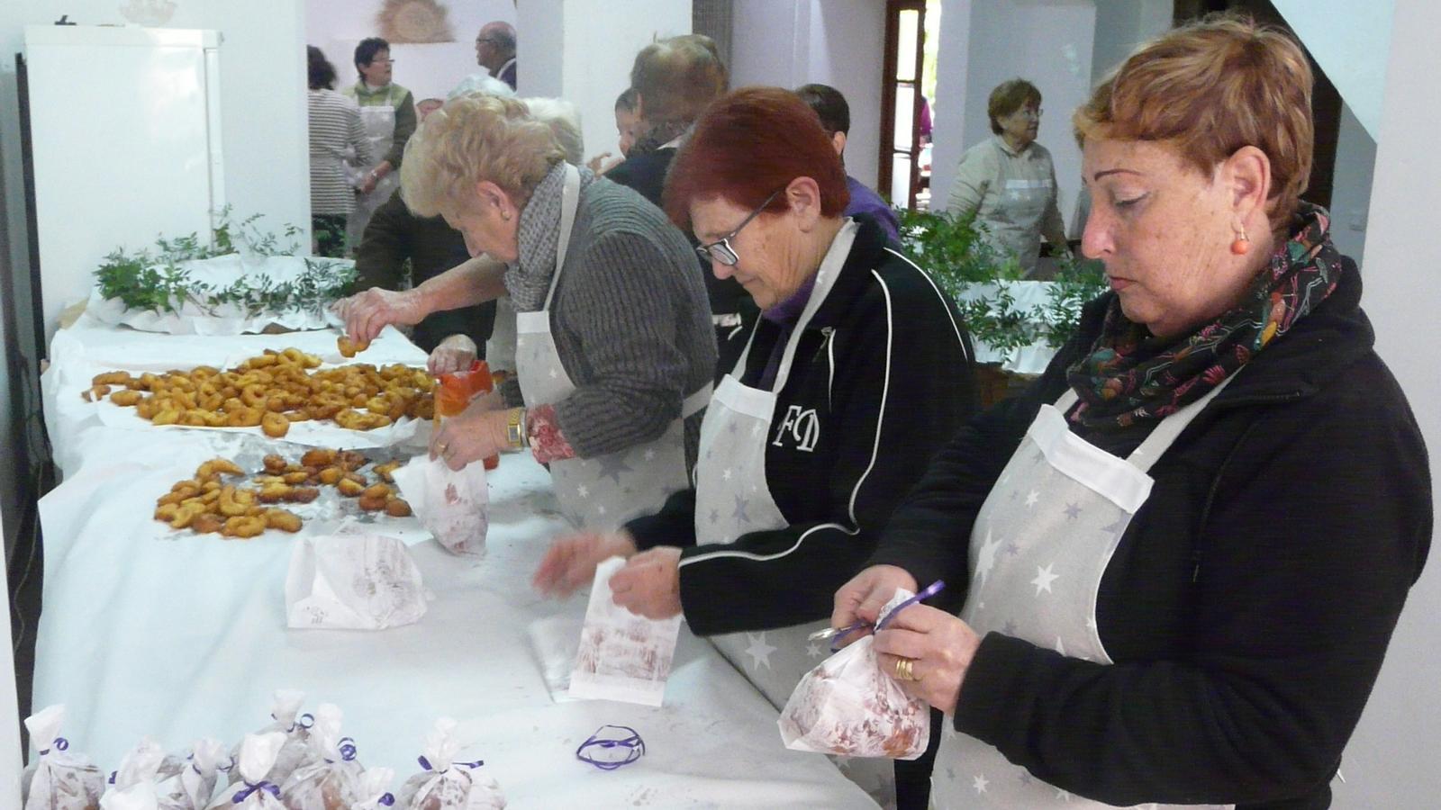 Bunyoleres preparant els bunyols que se serveixen la nit de Sant Bàrbara.