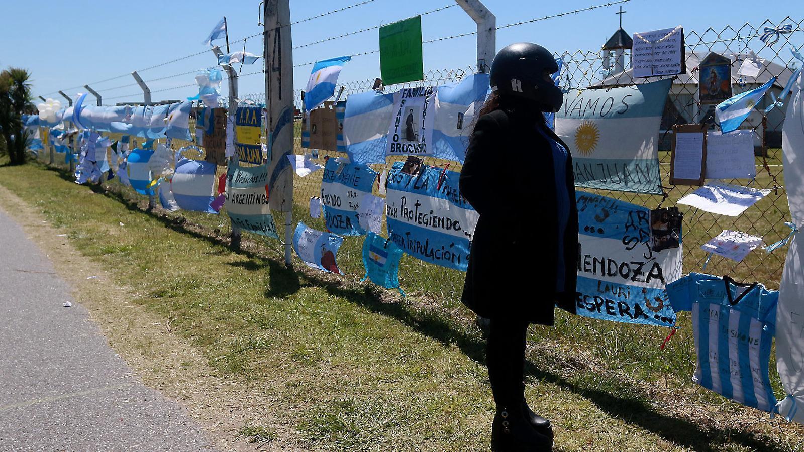 A la base naval de Mar del Plata, a Buenos Aires, cap on tornava la nau, s'hi acumulen missatges per als 44 tripulants.