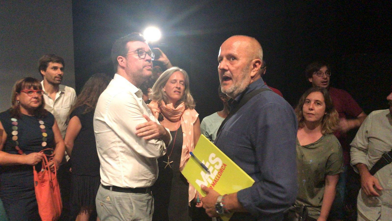 Miquel Ensenyat, amb Toni Noguera, minuts abans de l'assemble de MÉS.