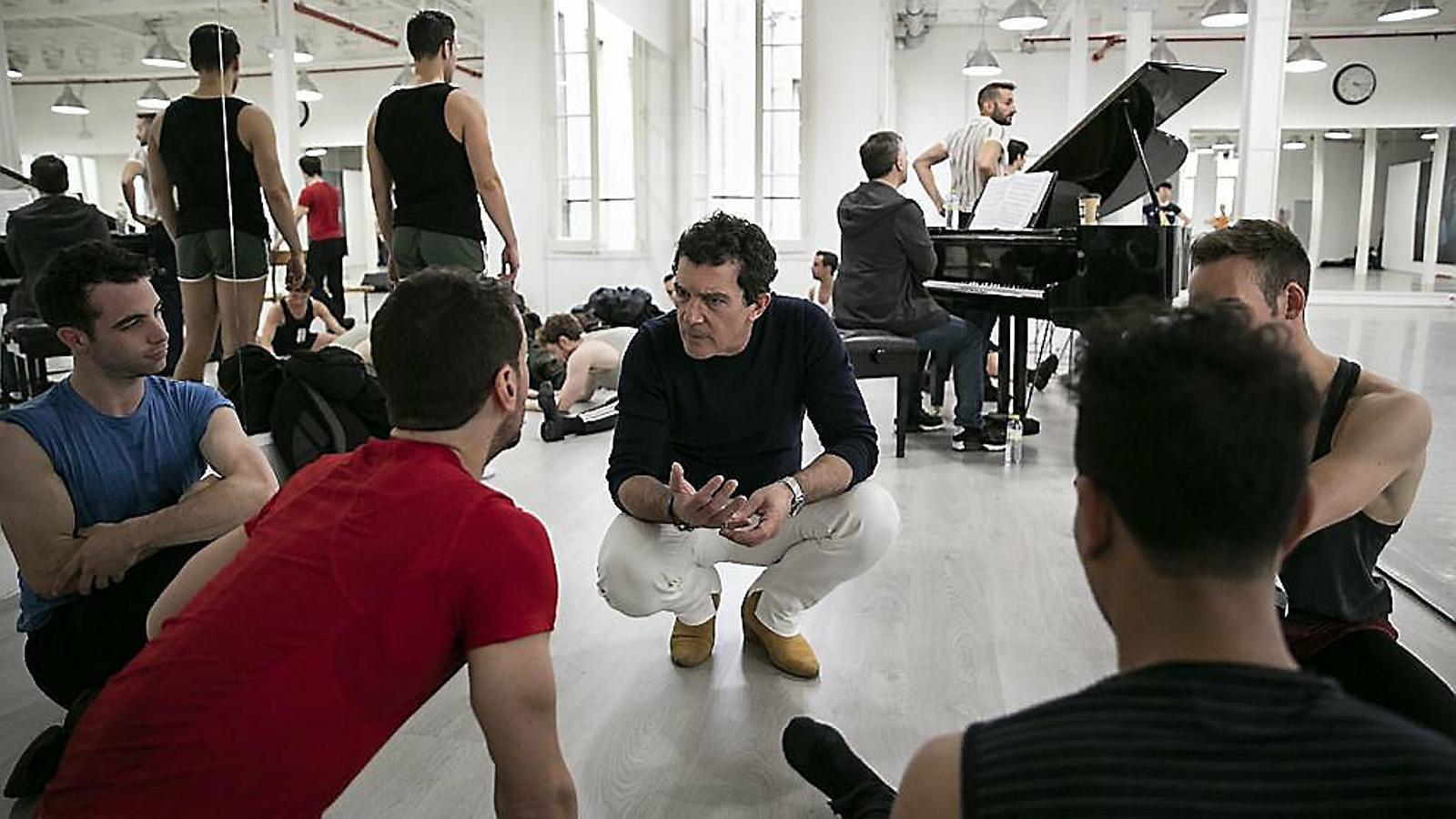 Antonio Banderas actuarà i dirigirà el musical A chorus line, que arribarà al febrer al Tívoli.