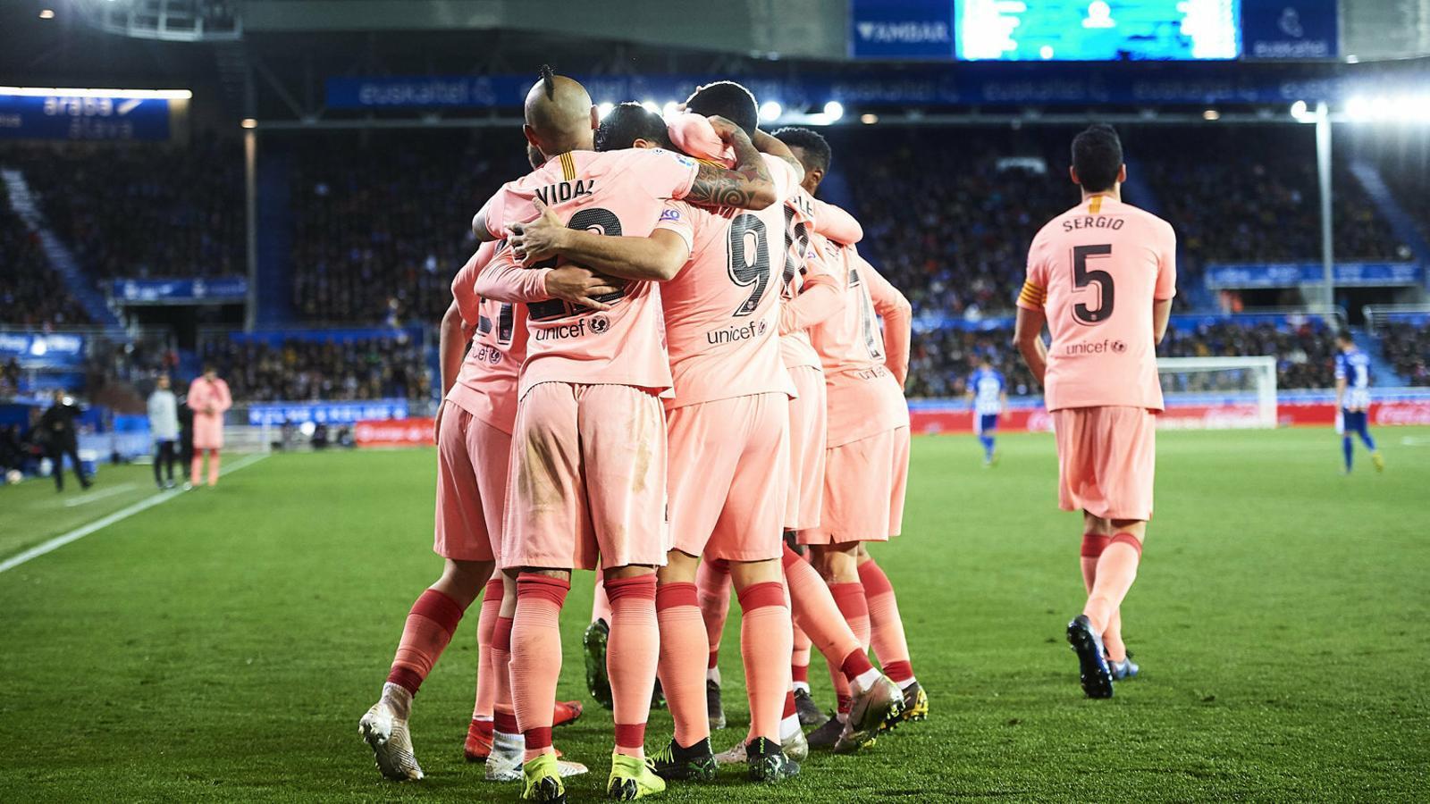 Els jugadors del Barça celebrant el gol de Carles Aleñá dimarts a Mendizorrotza.