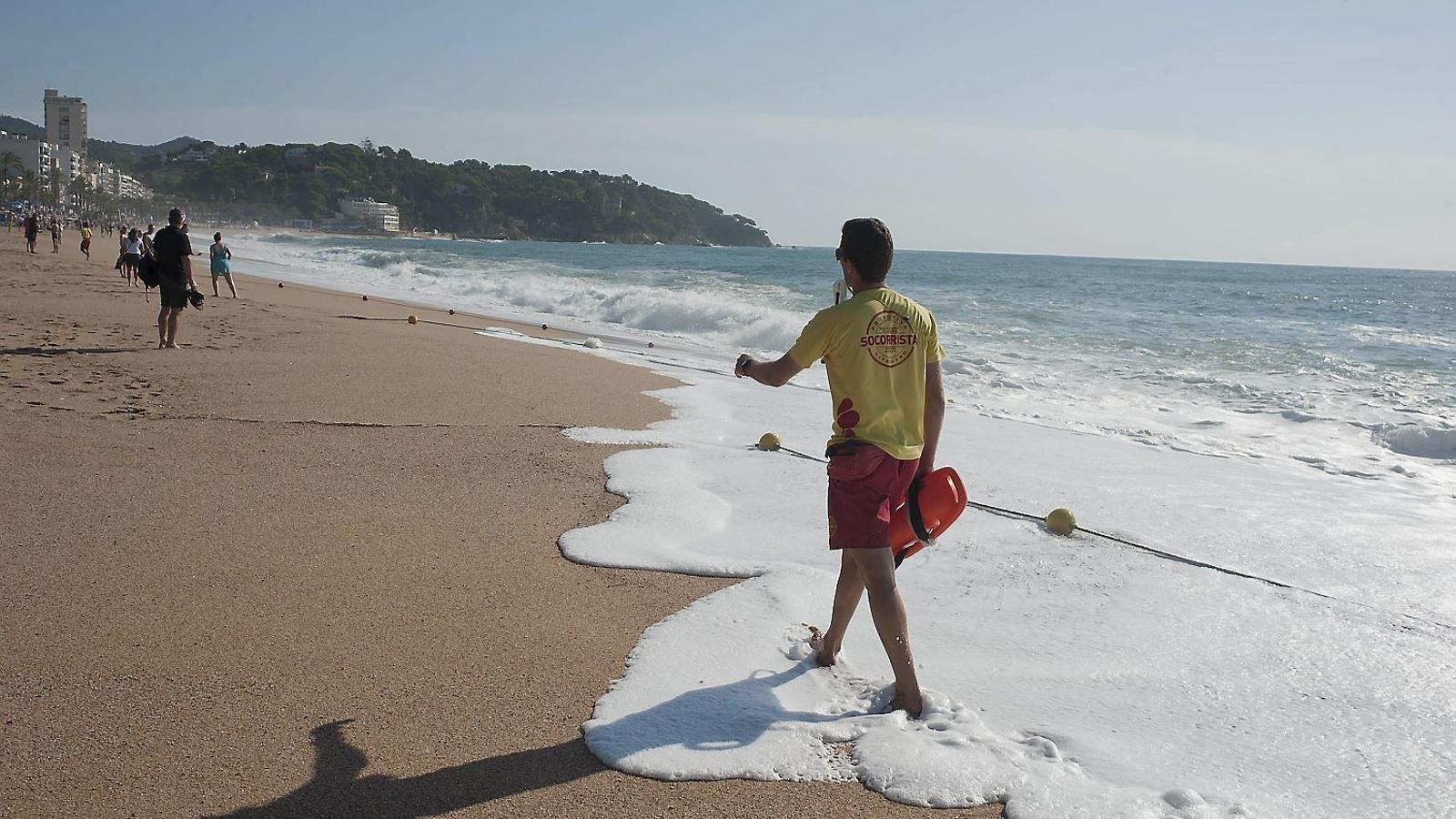 Un socorrista vigilant que ningú entri al mar a Lloret.