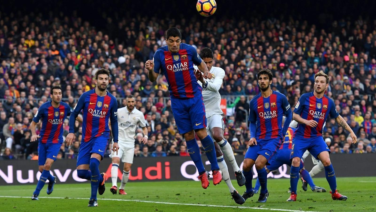 Suárez rebutjant una pilota de cap durant el partit contra el Madrid de dissabte.