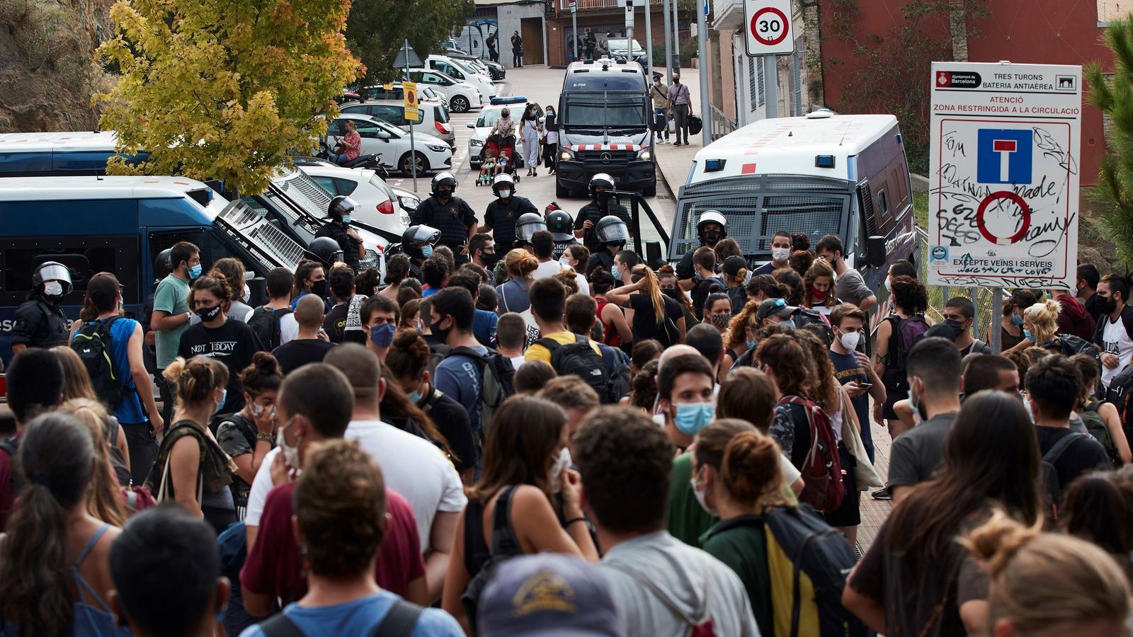 Desenes de persones s'han concentrat aquest matí al voltant del dispositiu policial