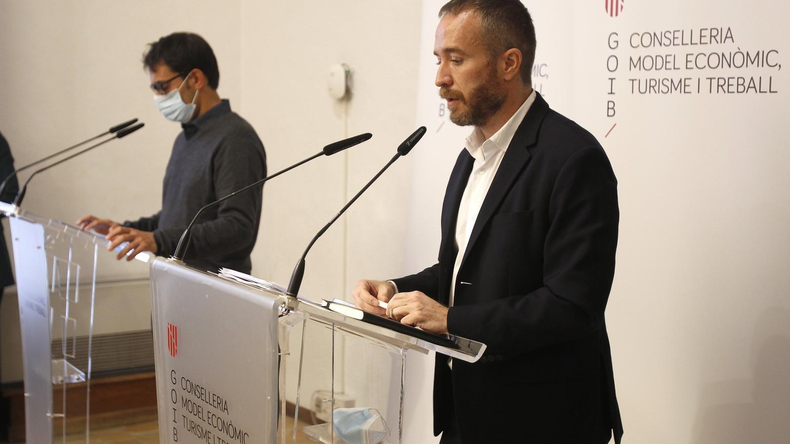 El conseller de Turisme, Iago Negueruela, i el director general de Turespaña, Miguel Sanz. / Isaac Buj