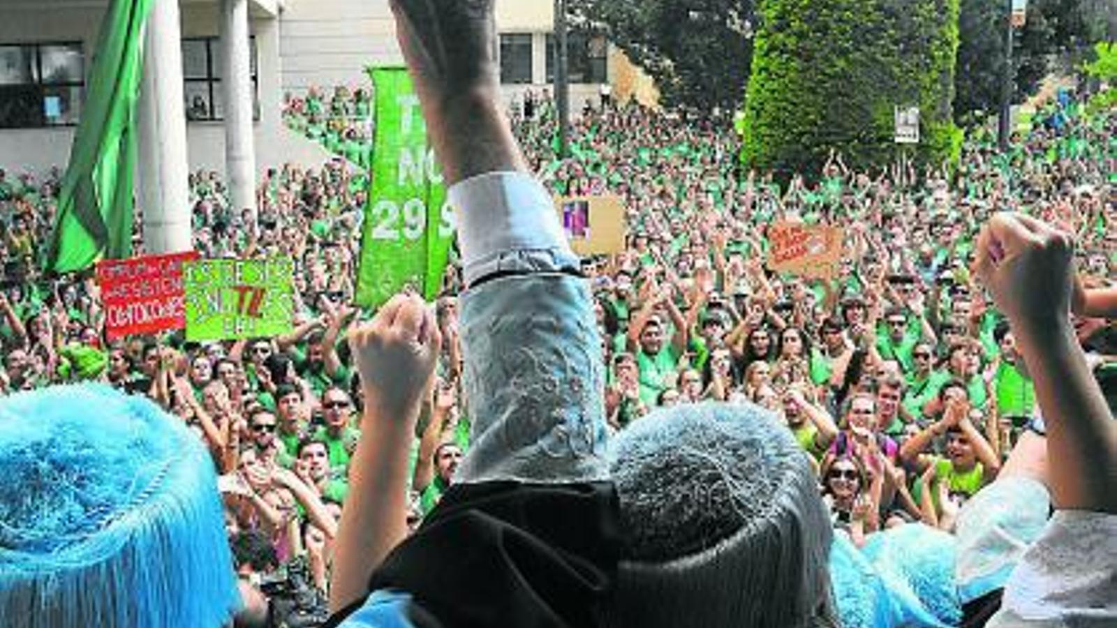 Milers de persones van manifestar-se ahir a la Universitat de les Illes Balears per defensar l'ensenyament en català.