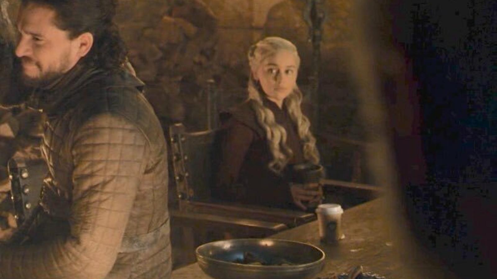 Emilia Clarke confessa de qui era el got de Starbucks que es va colar a 'Joc de trons'