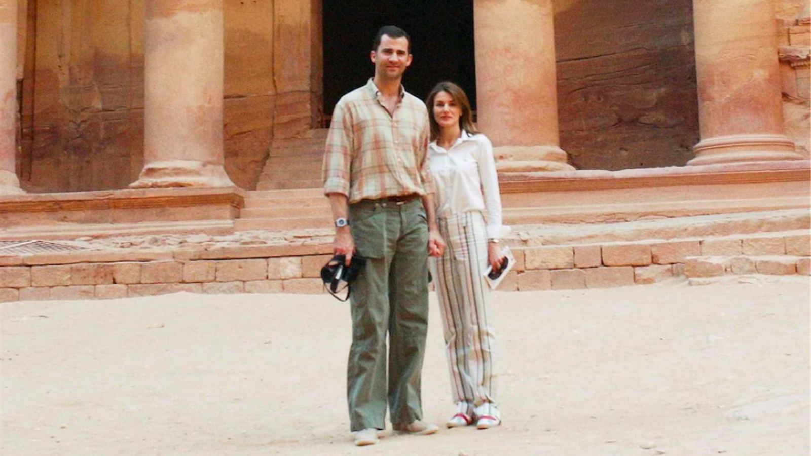 El rei Felip VI i la seva dona, Letícia, en una imatge del 2004, durant una visita a Petra, com a part del seu viatge de noces / SHUTTERSTOCK