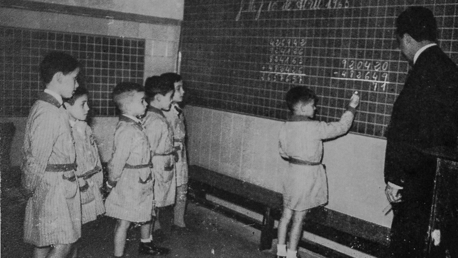 1. Alumnes del col·legi La Immaculada fent matemàtiques. 2. Ángel Castrillo, el tercer per l'esquerra.