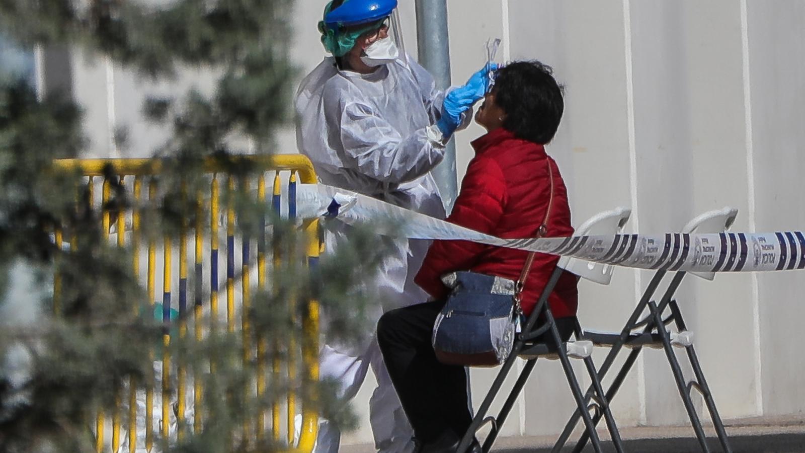 Una dona se sotmès a un test ràpid del coronavirus a Madrid