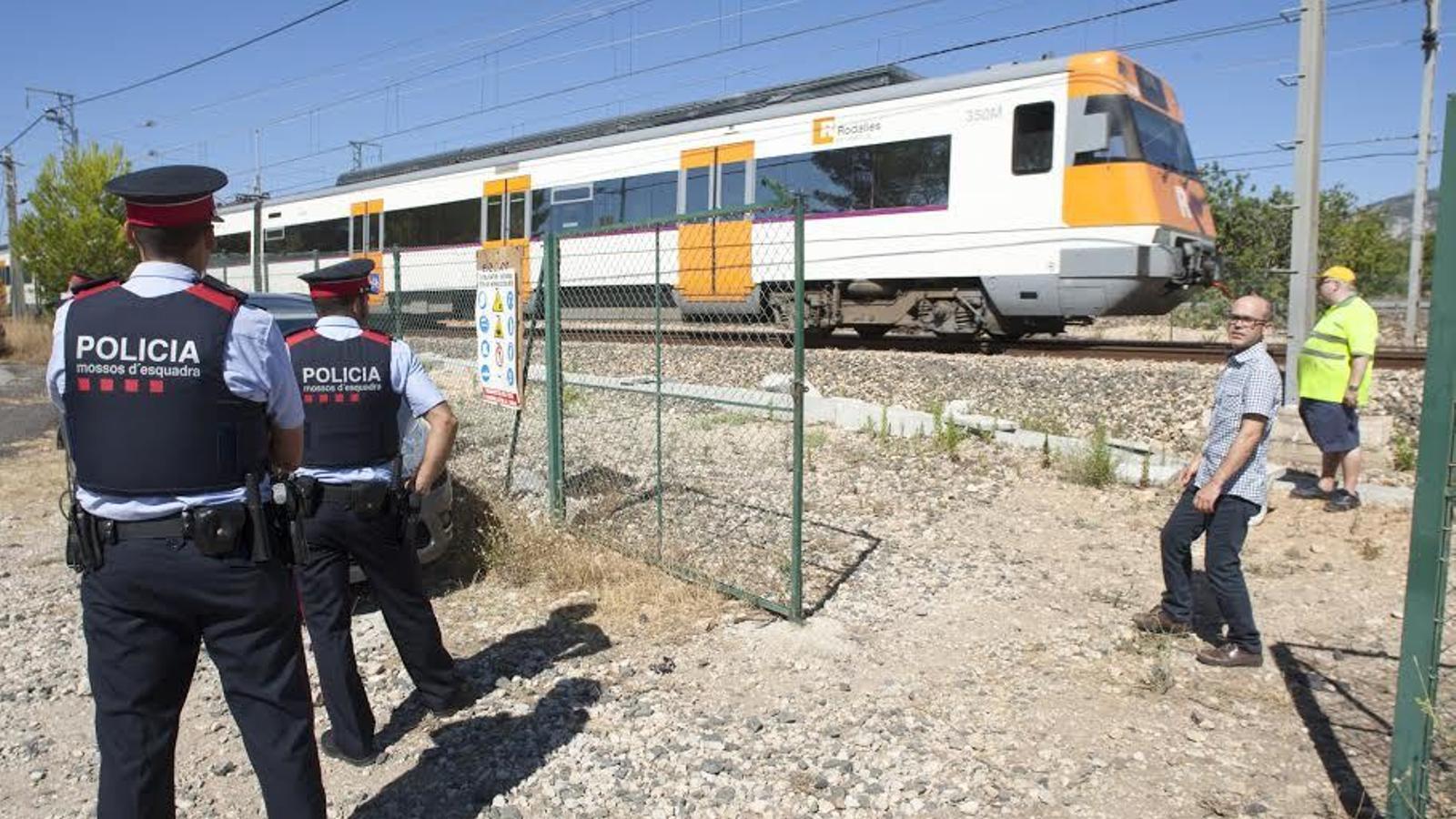 El tren de la R16 atrapat reprèn la marxa al cap de 160 minuts/ TKERK VAN DER MEULEN