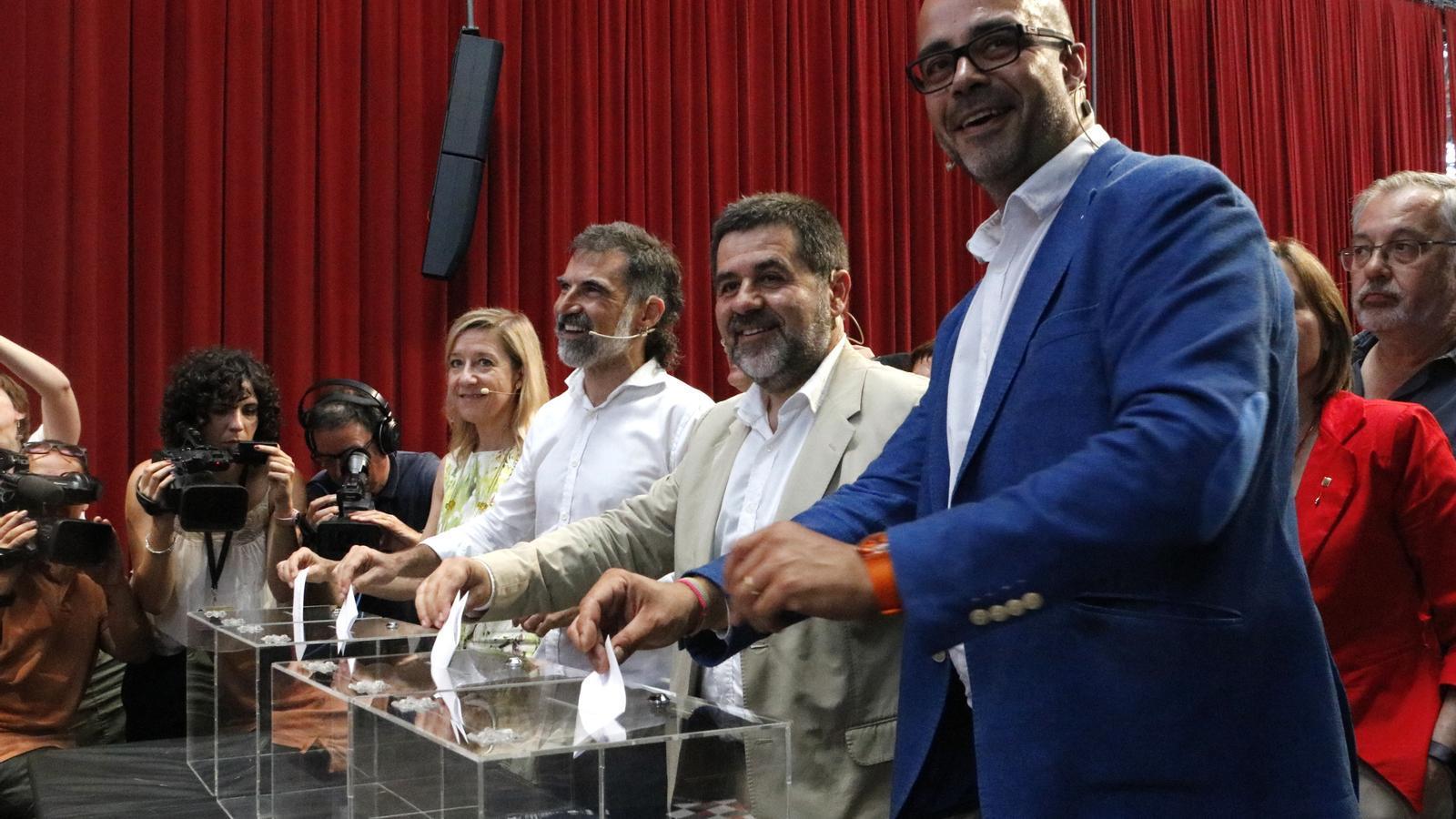 Les entitats afirmen que si guanya el 'sí' en el referèndum s'ha de proclamar la República