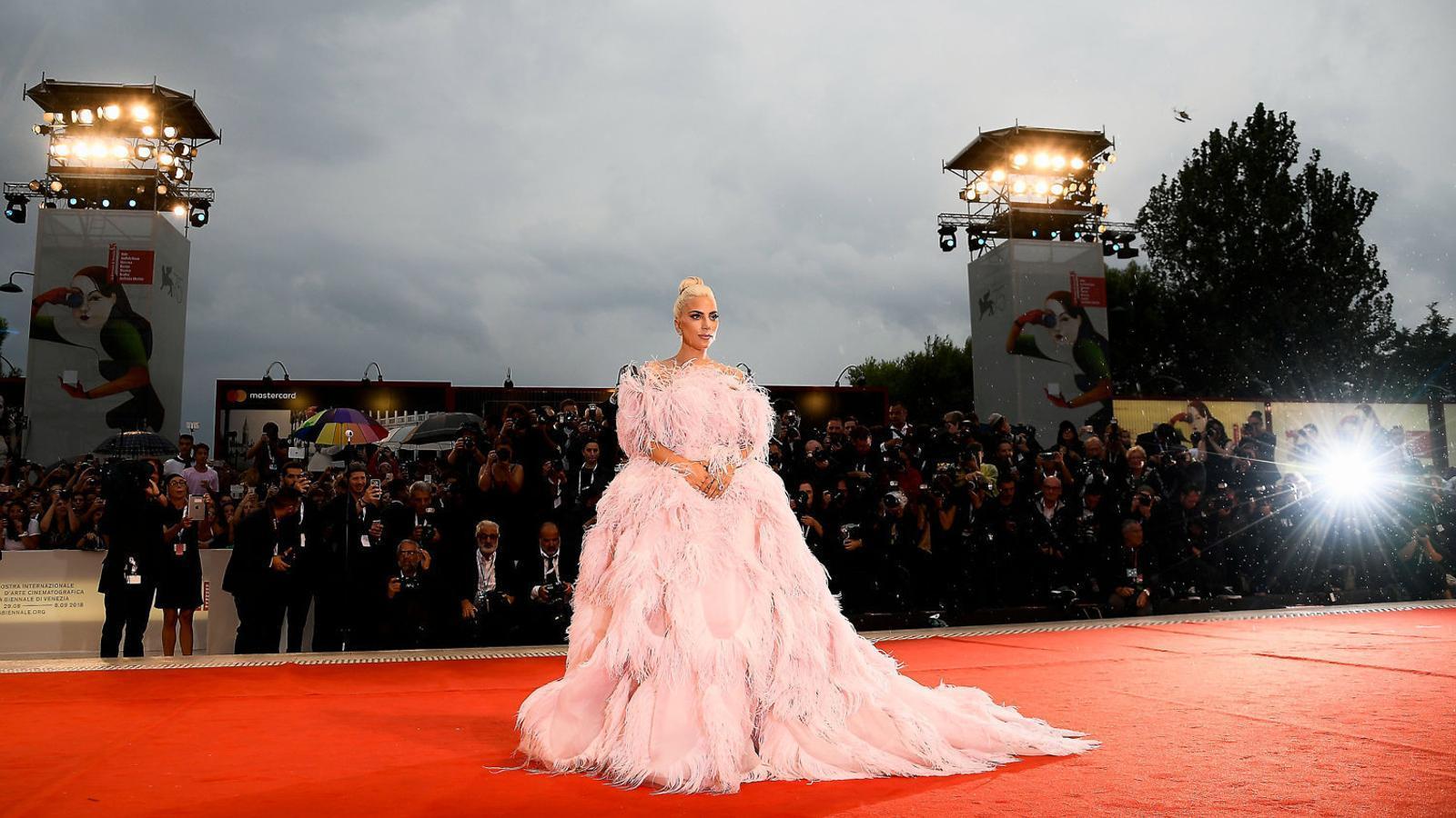 Lady Gaga a la catifa vermella de la Mostra abans de la presentació del film Ha nascut una estrella, en què comparteix protagonisme amb Bradley Cooper.