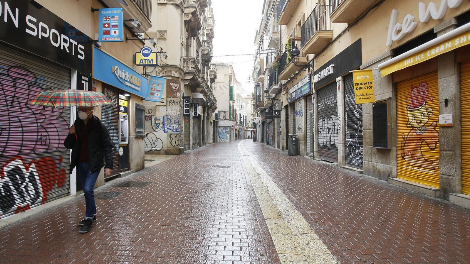 Imatge d'un carrer del centre de Palma amb els comerços tancats